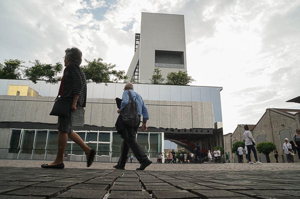 Uma das coisas legais e diferentes para fazer em Milão é visitar a Fondazione Prada.