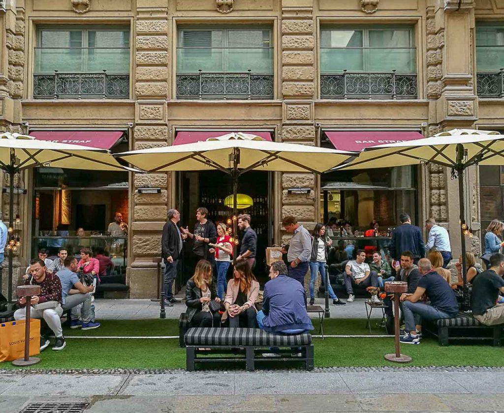 O Aperitivo é uma das atrações em Milão que você não pode perder, o Bar Straf é o nosso lugar preferido para aperitivo em Milão.