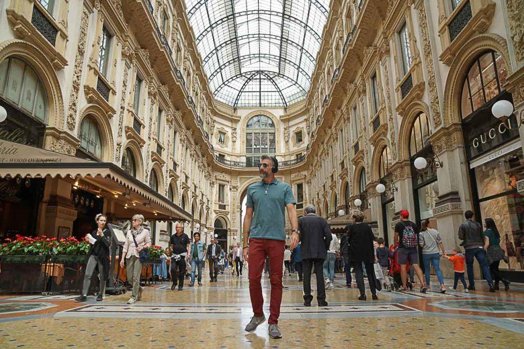 Visite a Galleria Vittorio Emanuele II de dia e de noite, o prédio todo iluminado é lindo.