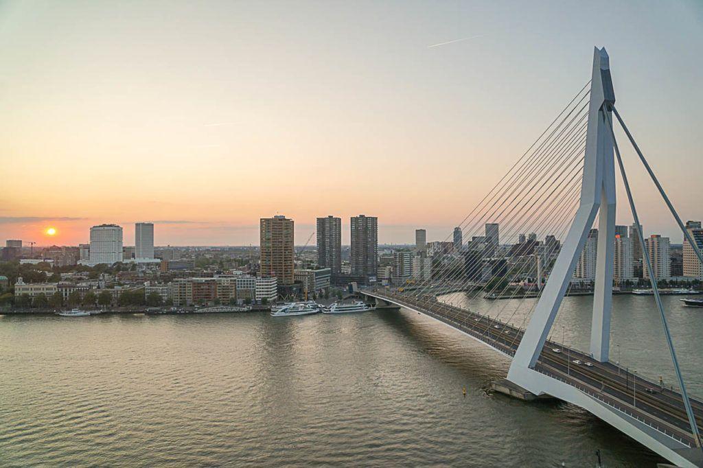 Nosso guia dos melhores lugares para tirar fotos em Rotterdam não estaria competo sem a bela Ponte Erasmus.