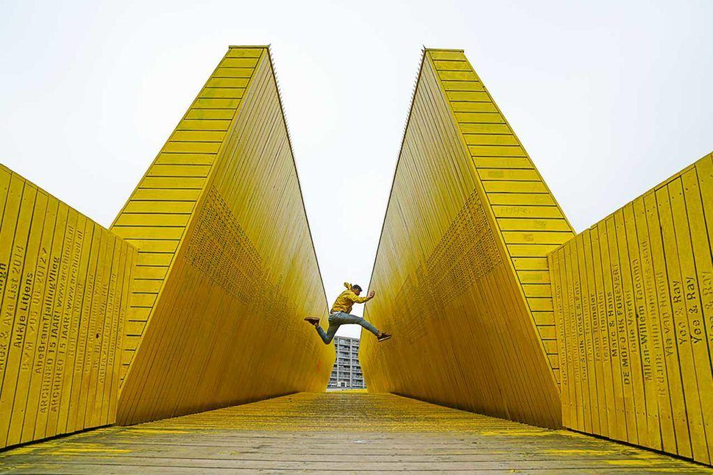 Luchtsingel é um dos lugares para tirar fotos em Rotterdam que todo viajante quer visitar, mas o difícil é criar uma foto única e inusitada.