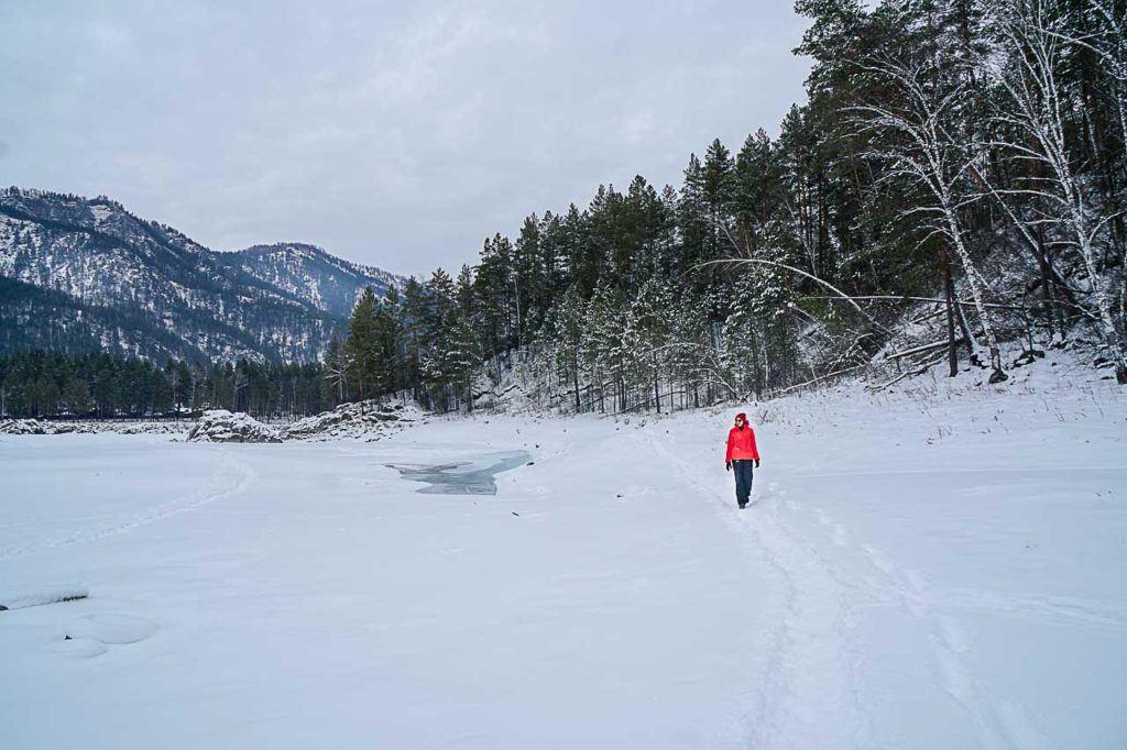 Caminhar pelo rio congelado é outra aventura obrigatória nas montanhas de Altai, na Sibéria.