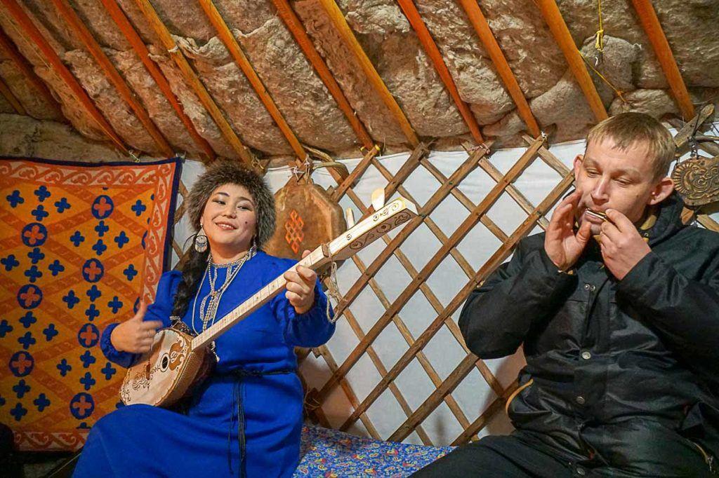 Na Sibéria aprendemos a tocar harpa de judeu que é um instrumento tradicional do Povo Altai.