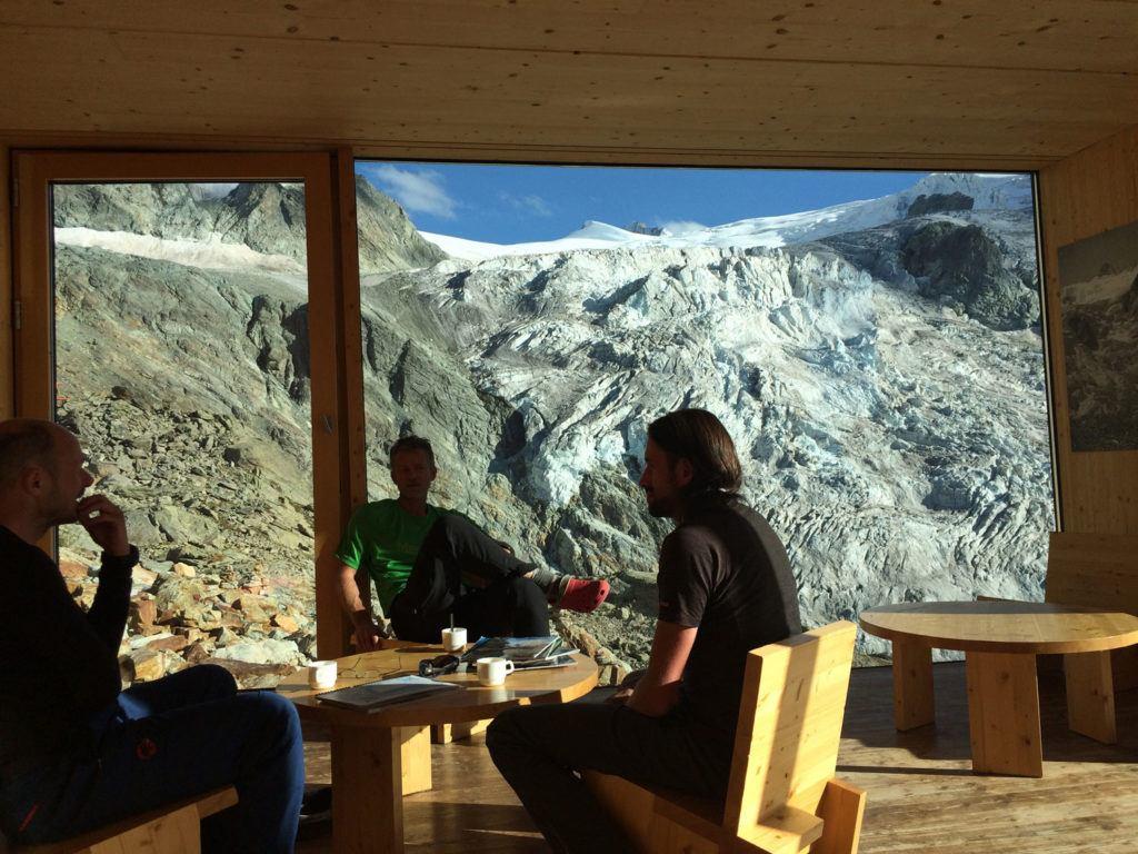 Acomodação na Suíça custa caro; dentre as opções mais acessíveis estão apartamentos pelo Airbnb e cabanas na montanha.