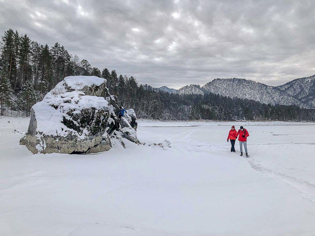 Na sua viagem para as Montanhas Altai na Sibéria, não deixe de visitar o rio Katun e andar sobre as águas congeladas.
