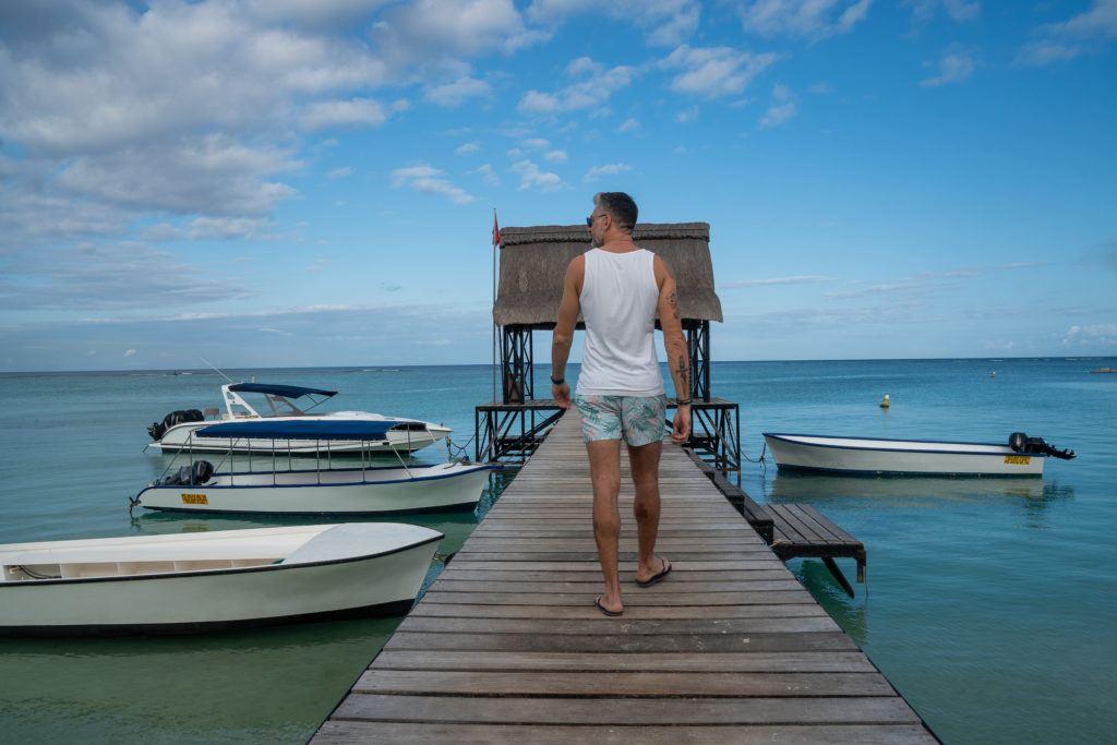 Homem caminhando em píer nas Ilhas Maurício.