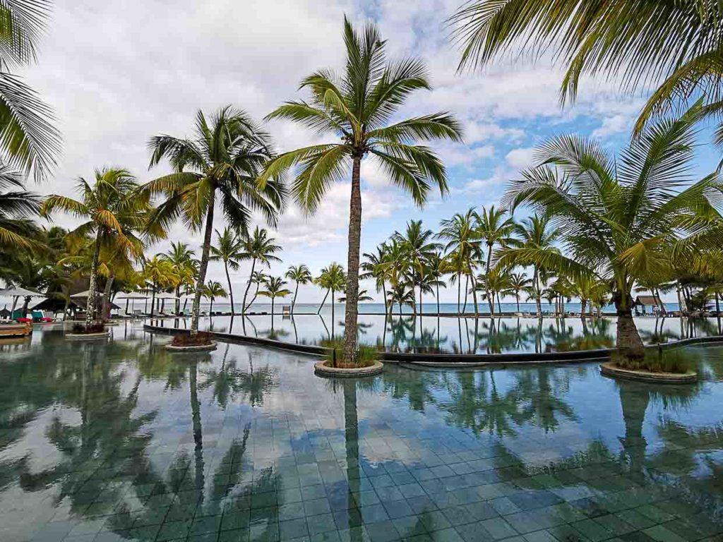 Foto de hotel nas Ilhas Maurício com uma piscina enorme de frente para a praia.