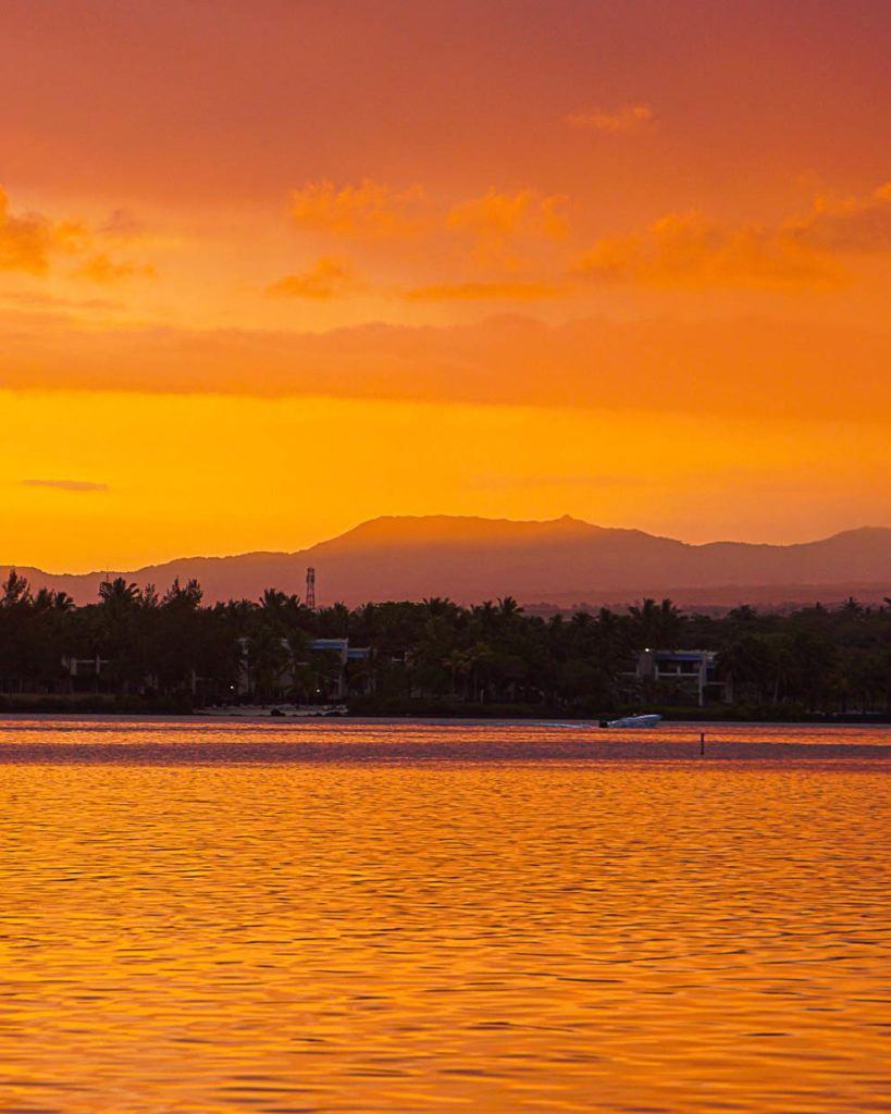 Pôr do sol nas Ilhas Maurício, esta mostra o céu bem amarelo e o reflexo das nuvens na água.