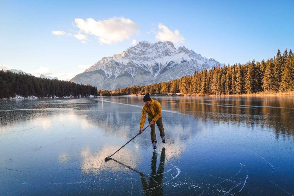 Patinar no gelo é uma das coisas mais legais para fazer nas Montanhas Rochosas Canadenses.