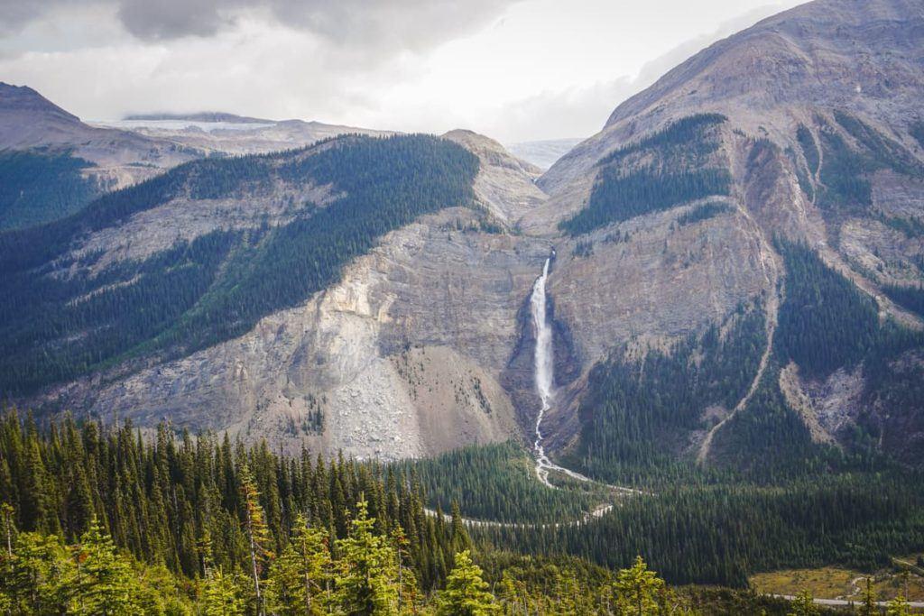 Takakkaw Falls é uma das principais atrações das Montanhas Rochosas Canadenses.