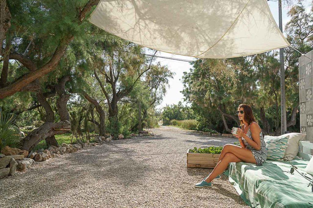 Mulher tomando café em meio à natureza em Porto de Pollensa.