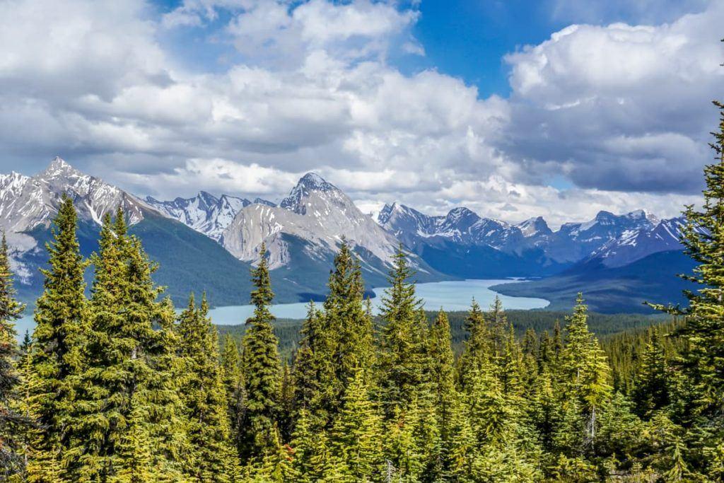 As montanhas e um lago no Canadá.