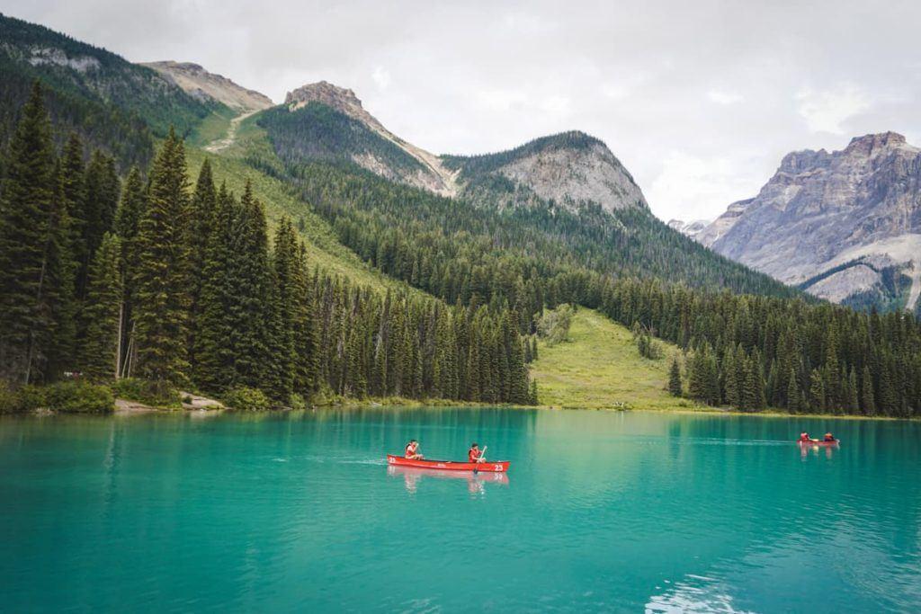 Um lago esmeralda com barcos pequenos, um passeio famoso para fazer nos Parques Nacionais.