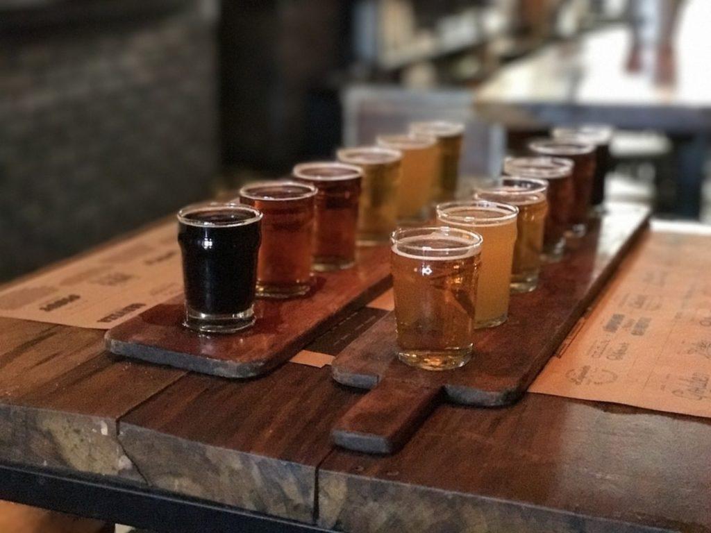 Foto de régua de degustação de cerveja em Nova York.
