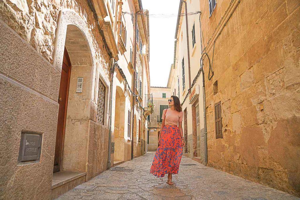 Mulher caminhando na Cidade Velha de Pollensa.
