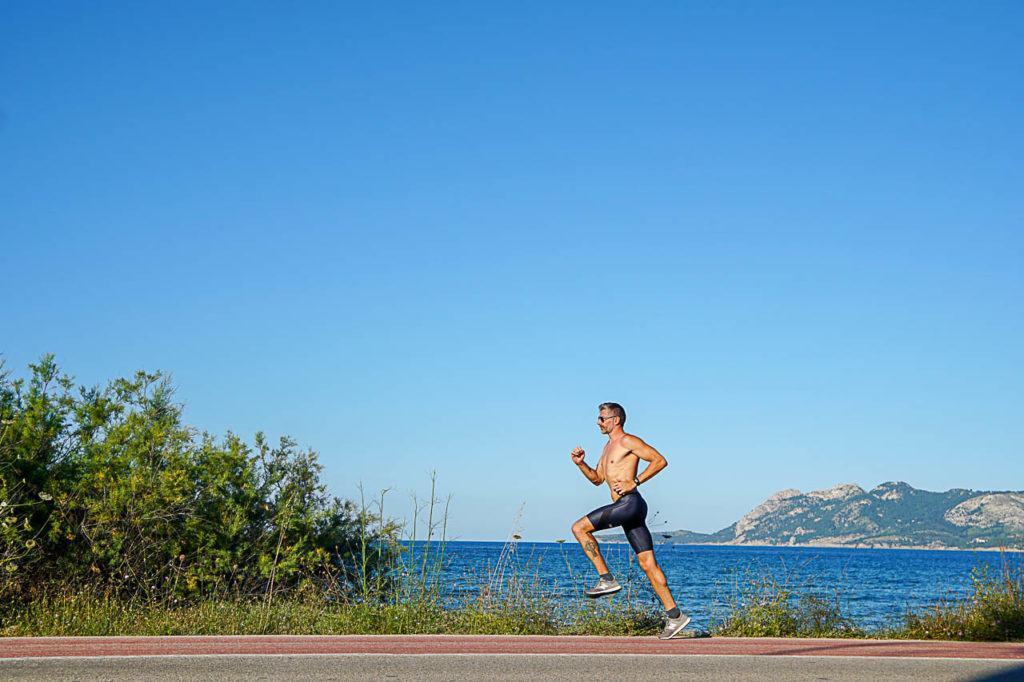 Homem atleta correndo em Porto de Pollensa.
