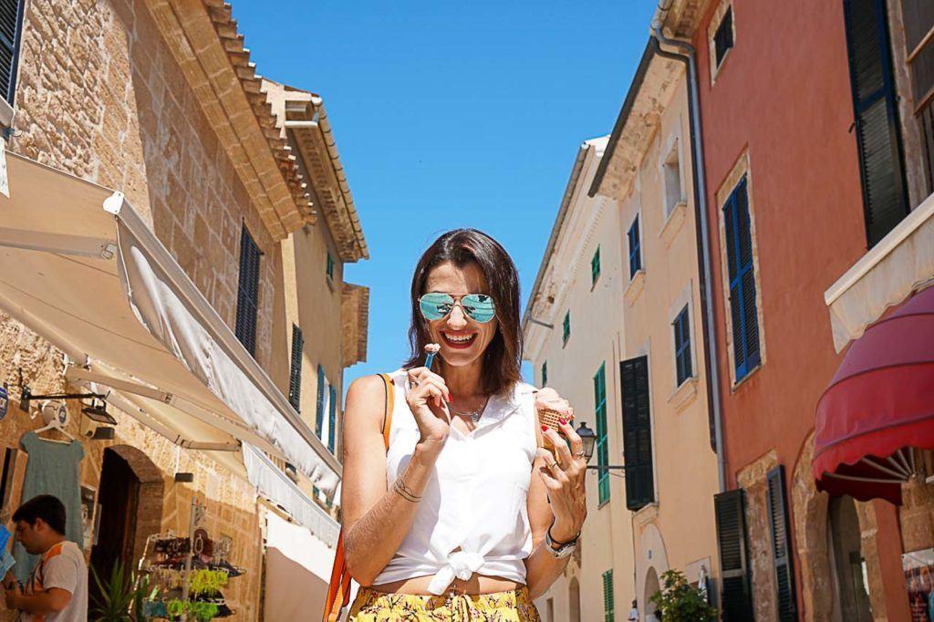 Mulher tomando sorvete em Porto de Pollensa.