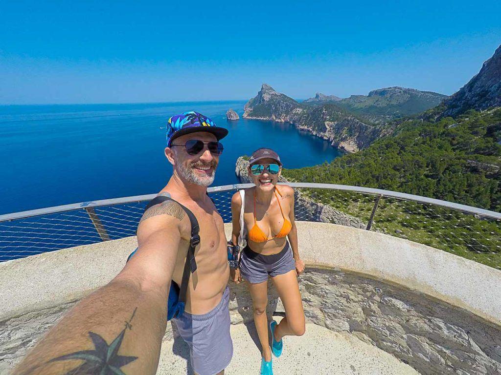 Casal tirando selfie no Mirador d'Es Colomer, em Porto de Pollensa.