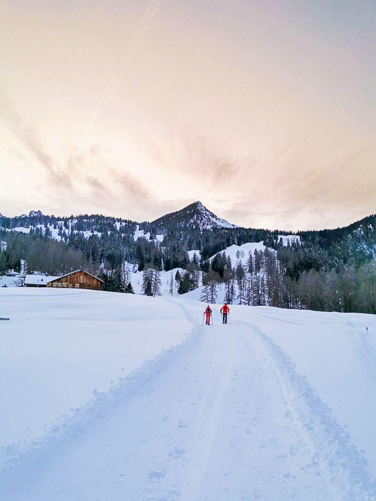 Você pode fazer uma caminhada com raquetes de neve durante o pôr do sol em Brandnertal.