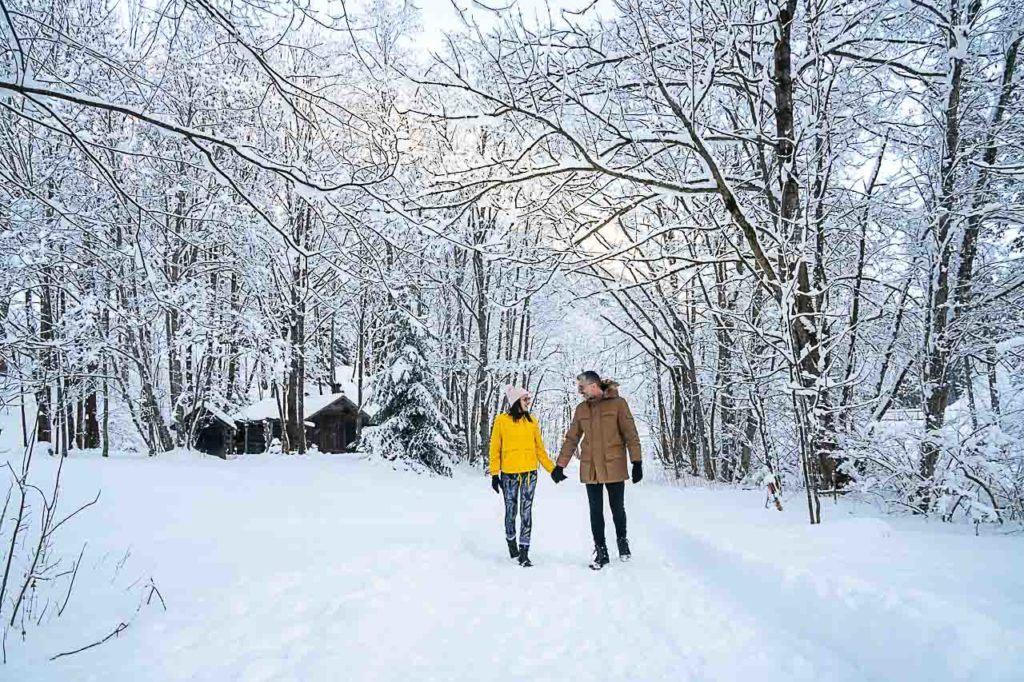 Casal de viajantes fazendo caminhada de inverno durante viagem de esqui em Brandnertal, Vorarlberg, Áustria.