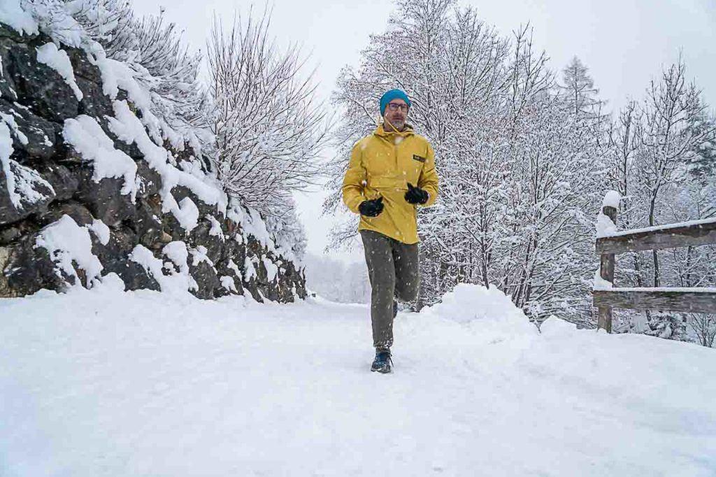 Atleta treinando para Ironman durante férias de esqui em Brandnertal.