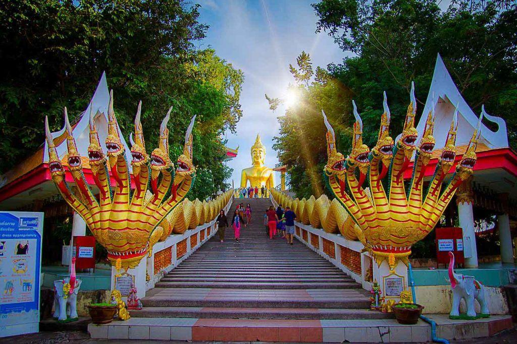 Um passeio no Wat Phra Khao Yai, ou Grande Buda, deve estar no seu itinerário do que fazer em Pattaya.