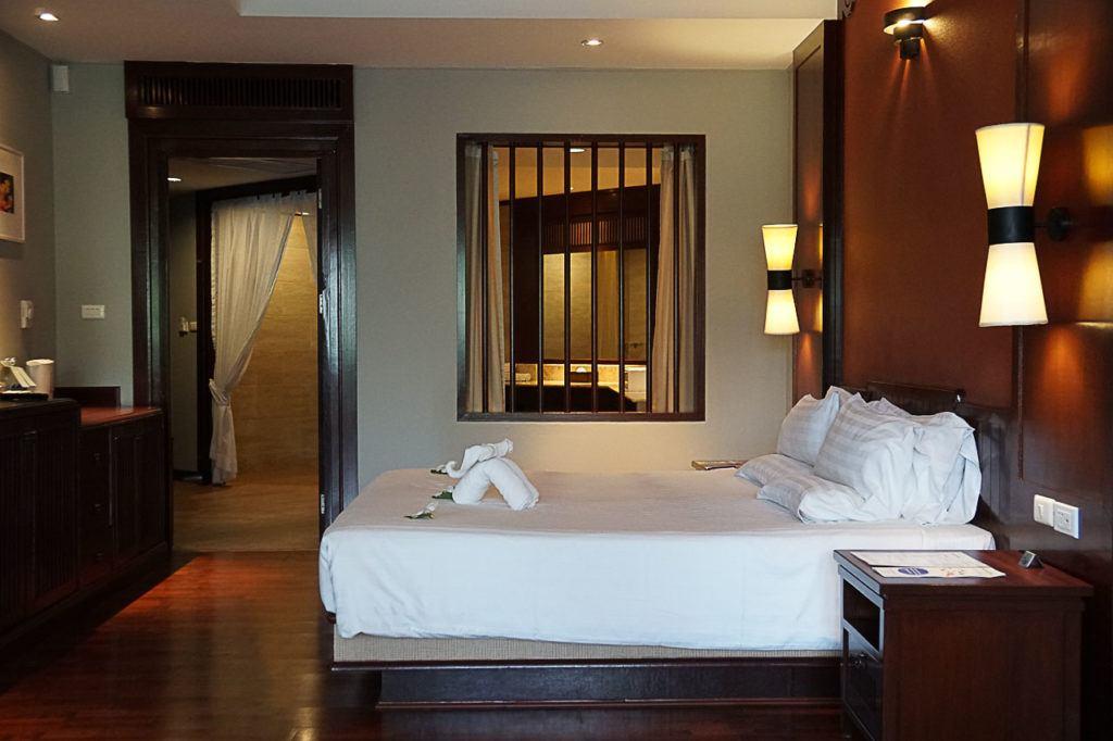 Quarto confortável em um hotel em Pattaya.