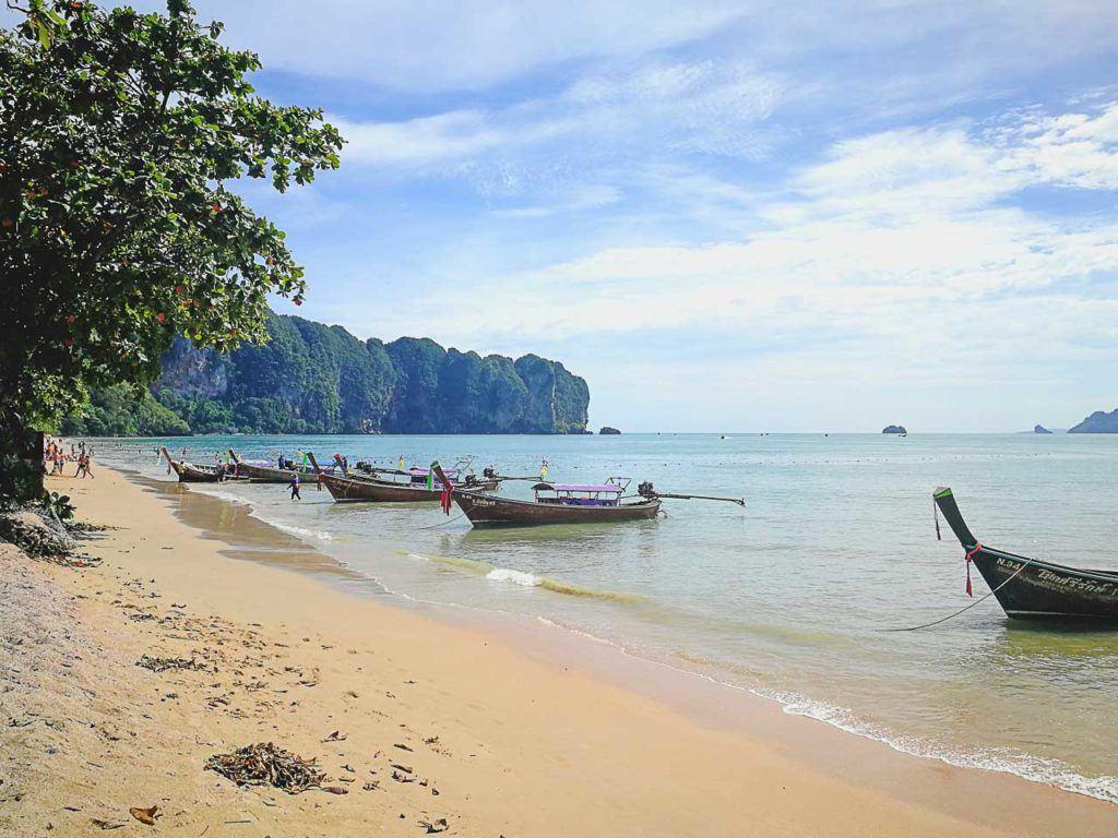 Uma praia em Krabi, Tailândia. Descubra com o Love and Road todas as melhores maneiras de como ir para Krabi.