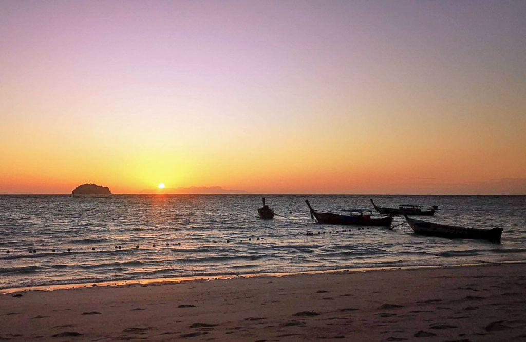 Dar as boas-vindas ao sol em Sunrise Beach está entre as melhores coisas para fazer em Koh Lipe.