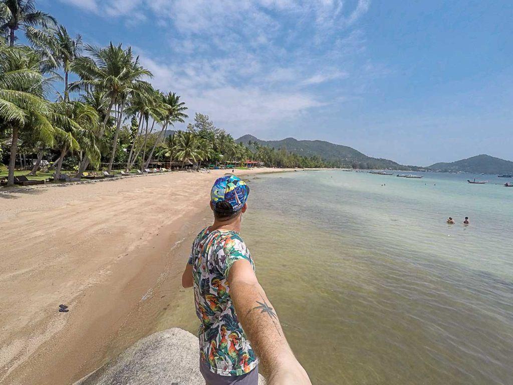 Homem na linda Sairee Beach, em Koh Tao.
