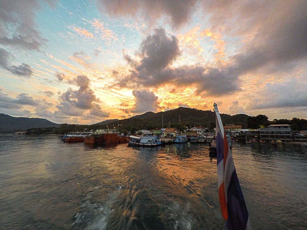 Ferry deixando o Mae Haad Pier em Koh Tao, Tailândia.