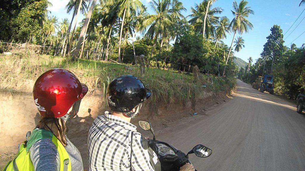 É ótimo passear pela ilha de moto.