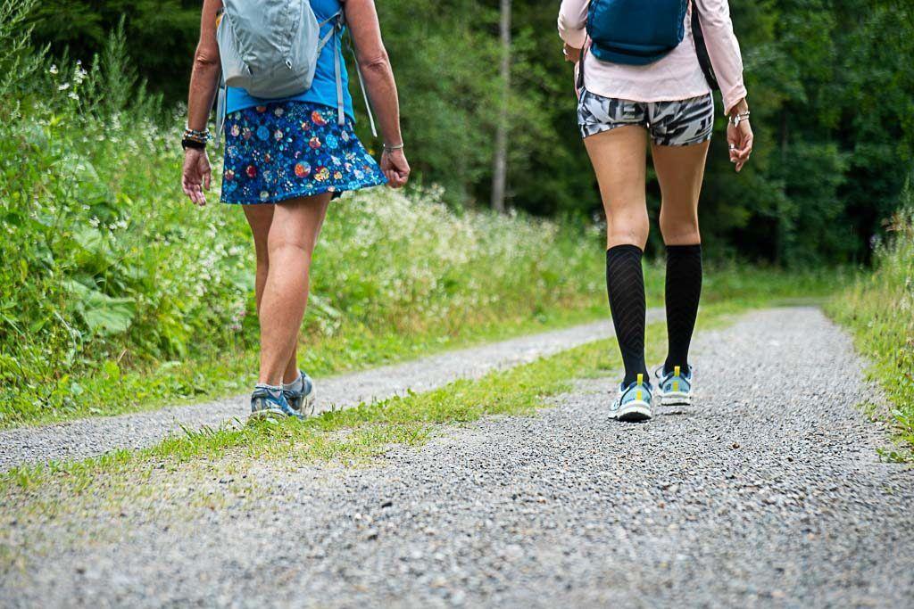 Duas garotas fazendo trilhas em Graz.