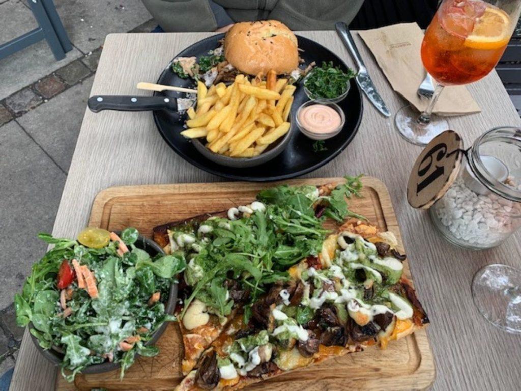 Você pode encontrar deliciosas opções de fast food para economizar quando comer fora em Copenhagen.