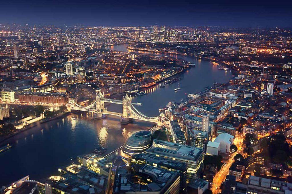Foto aérea de Londres à noite. Encontre aqui todas as dicas de quanto custa viajar para o Reino Unido.