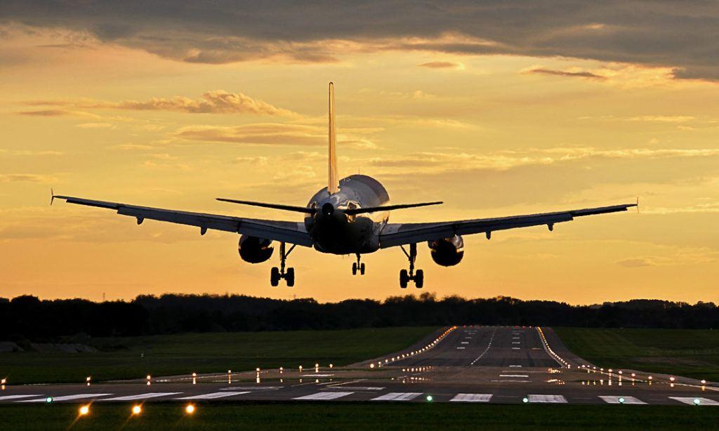Avião decolando. Quer saber qual é o custo de uma viagem para o Reino Unido? Cheque este guia!