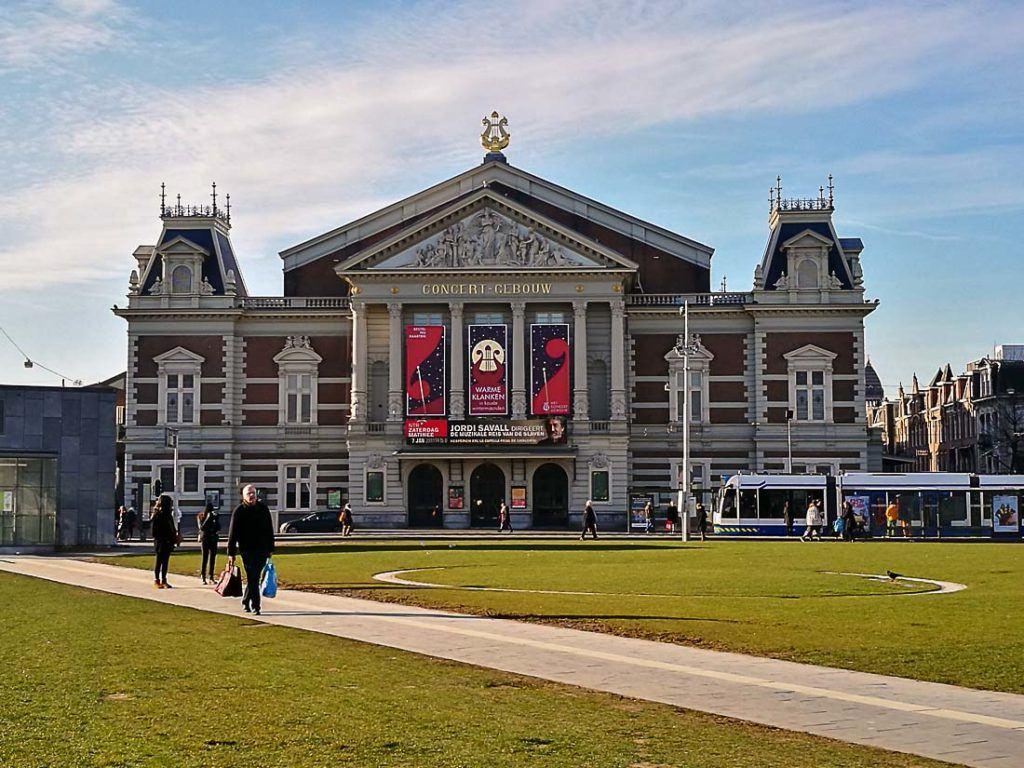 Foto da fachada do Concert-Gebouw Amsterdam. Planejar seu orçamento de viagem para Amsterdam será muito mais fácil depois de ler este artigo.