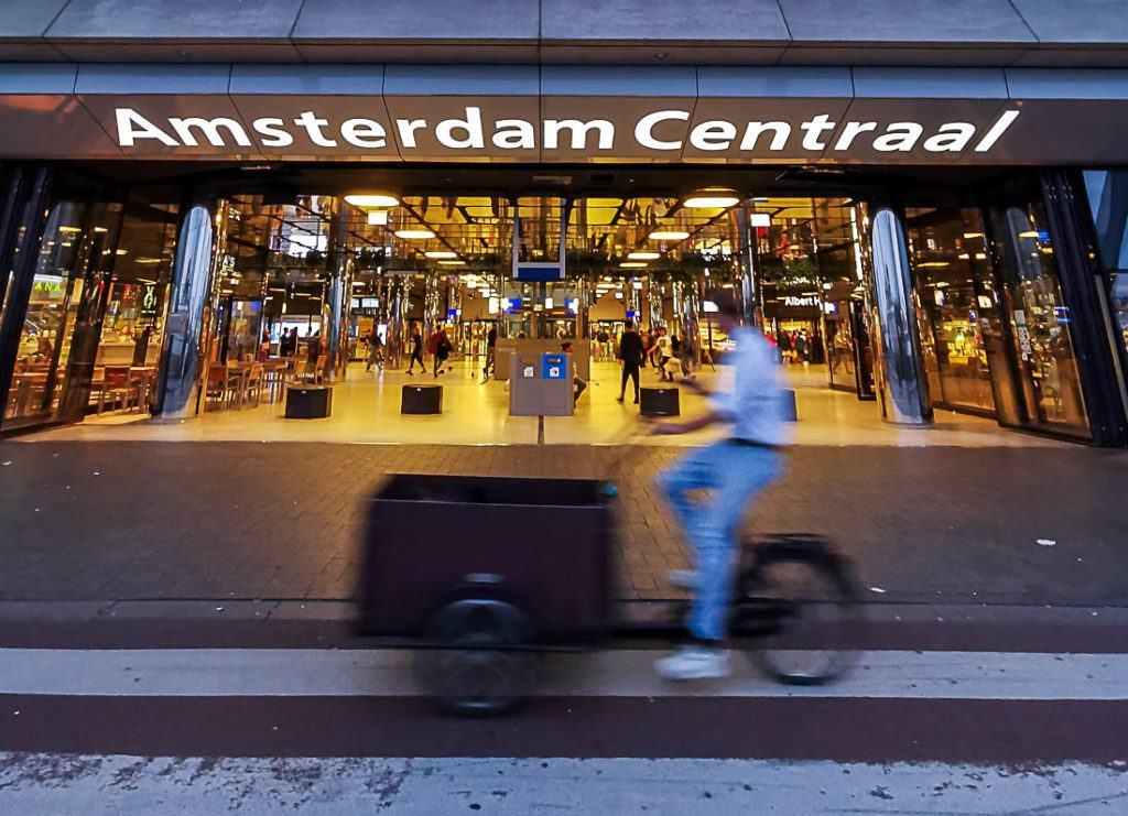 Entrada da estação Amsterdam Centraal. Descubra todas as informações sobre os custos para viajar para Amsterdam neste guia de viagem completo.