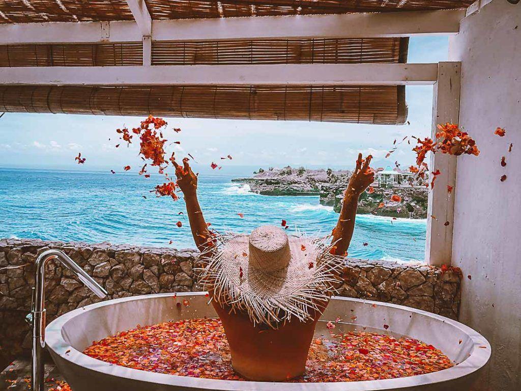 Resort de luxo com banheira na sacada privativa. Saiba tudo que você sobre preços de acomodação em Bali neste artigo.