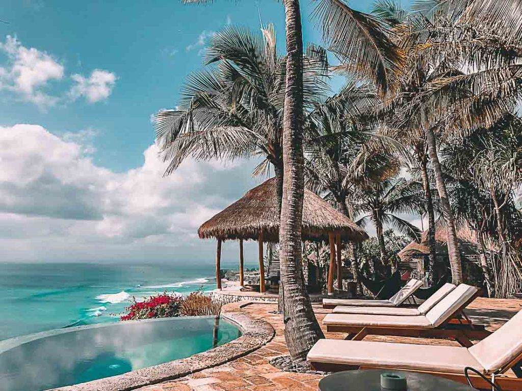 Beachfront hotel in Bali with infinity pool. Find all information about prices in Bali through this trip budget guide.