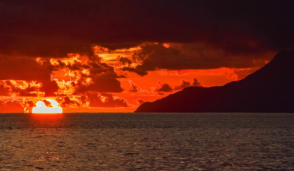 The sun setting at the horizon in Seychelles. Discover here all the information you need to plan your Seychelles trip budget