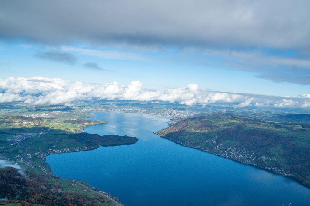 Uma vista panorâmica do Lago Lucerna das alturas.