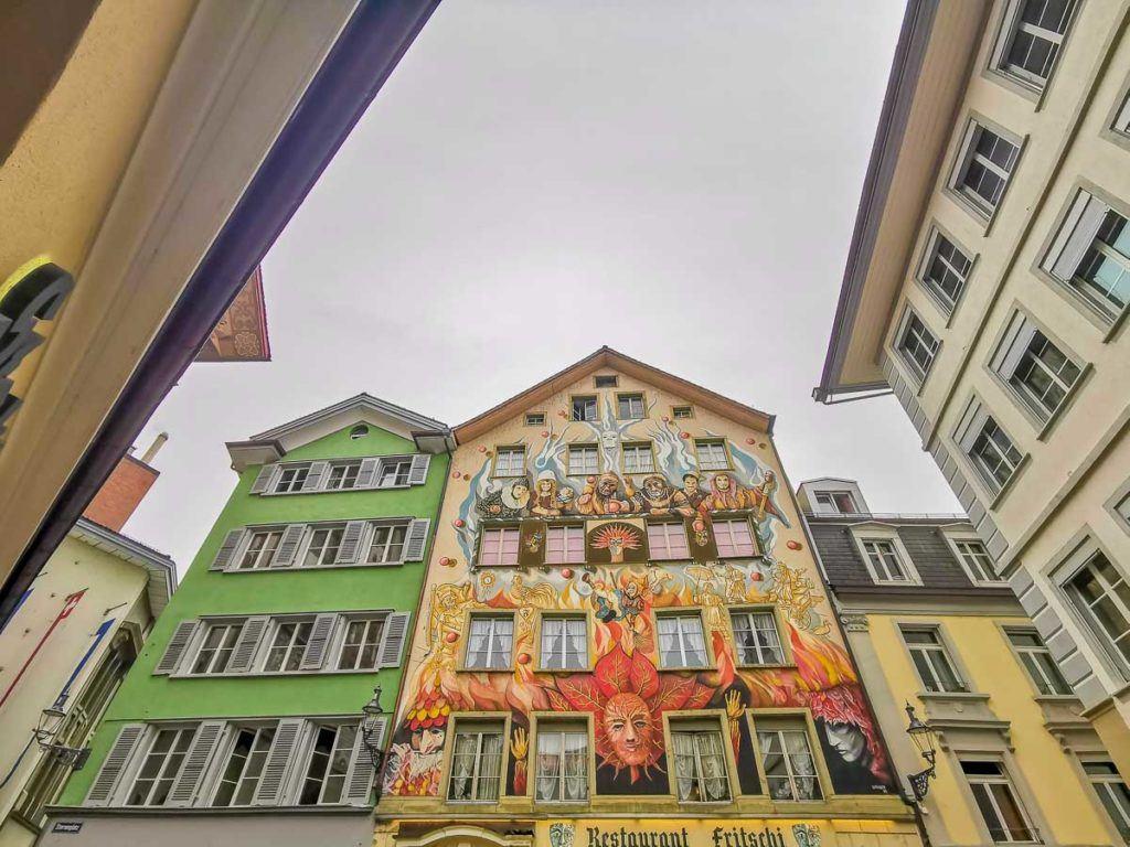 Edifícios antigos e coloridos cobertos com arte na cidade de Lucerna, Suíça.