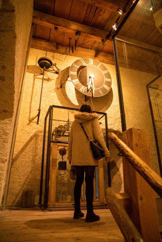 Uma foto tirada de dentro da Torre Zyt, a torre do relógio, em Lucerna, Suíça.