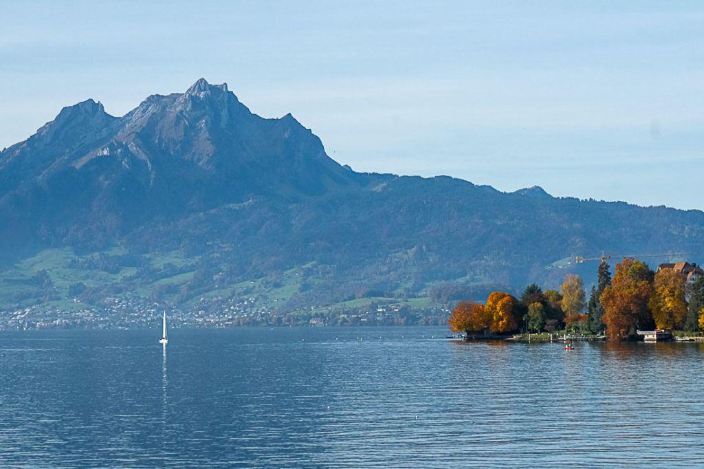 Lago Lucerna, árvores e uma montanha no fundo.