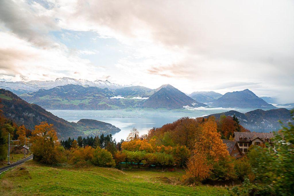 Uma vista panorâmica do Monte Rigi e o Lago Lucerna.