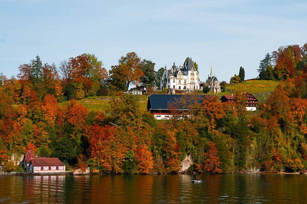 O Lago Lucerna rodeado por árvores nas cores do outono.